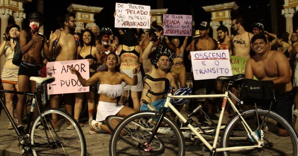 """5.mar.2016 - Dezenas de pessoas participam da  9º """"Pedalada Pelada"""", em São Paulo. Com o lema """"obsceno é o trânsito"""", o evento procura chamar atenção, principalmente dos motoristas, para a fragilidade dos corpos de quem se locomove de bicicleta nas ruas de São Paulo"""