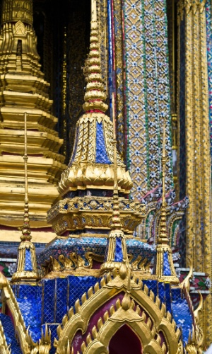14.mar.2016 - Na medida para Buda. Tijolos de vidro e folha de ouro decoram o exterior do Wat Phra Kaew, o mais sagrado templo budista na Tailândia