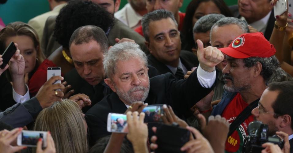 17.mar.2016 - Ex-presidente Luiz Inácio Lula da Silva é cercado por simpatizantes ao final da cerimônia na qual foi empossado como ministro-chefe da Casa Civil, no Palácio do Planalto, em Brasília. O juiz federal Itagiba Catta Preta Neto concedeu liminar que suspende a nomeação