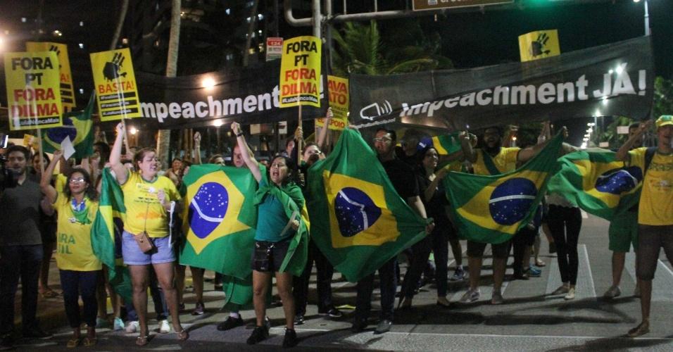 17.mar.2016 - Manifestantes protestam na avenida Boa Viagem, em bairro de mesmo nome, na zona sul do Recife. Eles pedem a renúncia da presidente Dilma Rousseff e protestam contra nomeação do ex-presidente Luiz Inácio Lula da Silva como ministro-chefe da Casa Civil