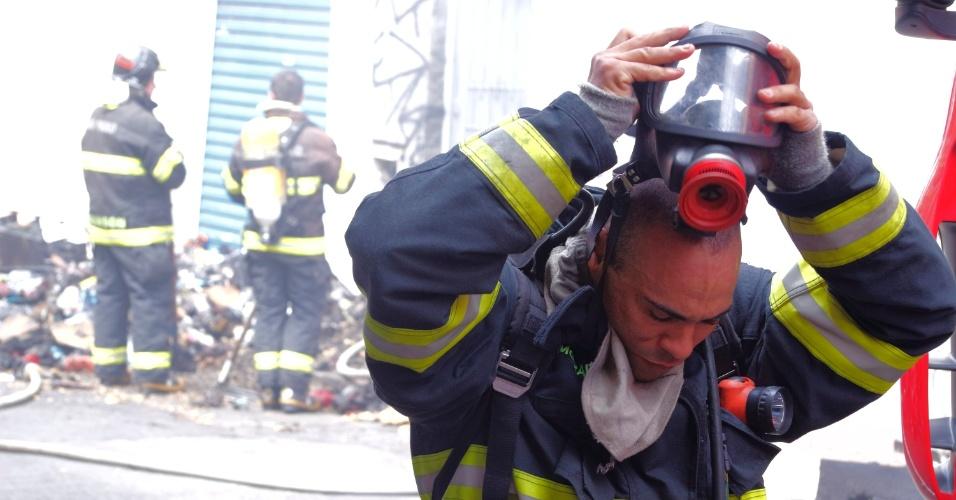 25.mar.2016 - Um incêndio atingiu o estoque de uma loja de calçados no centro de Campinas, em São Paulo. Os bombeiros informaram que ainda não se sabe o que provocou as chamas no estabelecimento, que fica no primeiro andar de um prédio entre as ruas General Osório e Álvares Machado. Ninguém ficou ferido