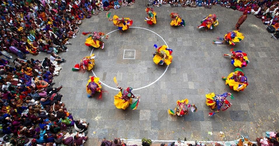 1ºabr.2016 - Dançarinos fantasiados e mascarados participam de um festival budista chamado tshechu, em Trashigang, Butão.
