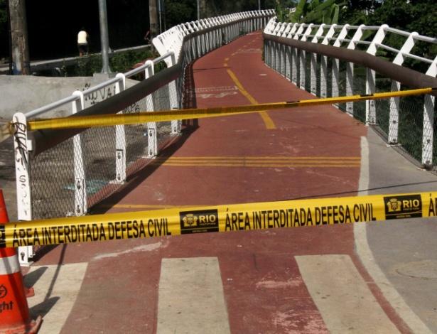 21.abr.2016 - A ciclovia Tim Maia, na avenida Niemeyer, em São Conrado, na zona Sul do Rio, foi interditada depois que um trecho dela desabou. Duas pessoas morreram no local. A ciclovia liga os bairros de São Conrado e Leblon e foi inaugurada em 17 de janeiro