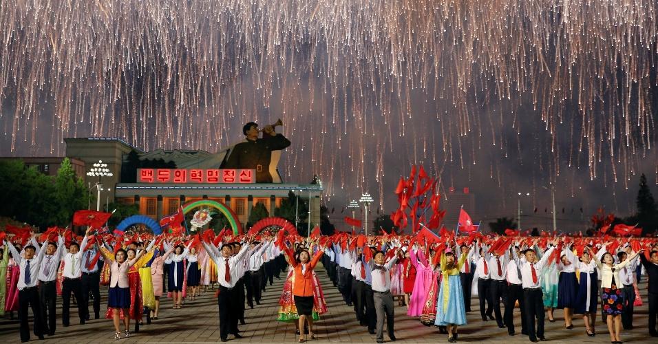 10.mai.2016 - Norte-coreanos dançam durante cerimônia um dia após o início do primeiro congresso do partido único em quase 40 anos. O encontro político está sendo visto como um momento para o ditador Kim Jong Un consolidar seu poder no país