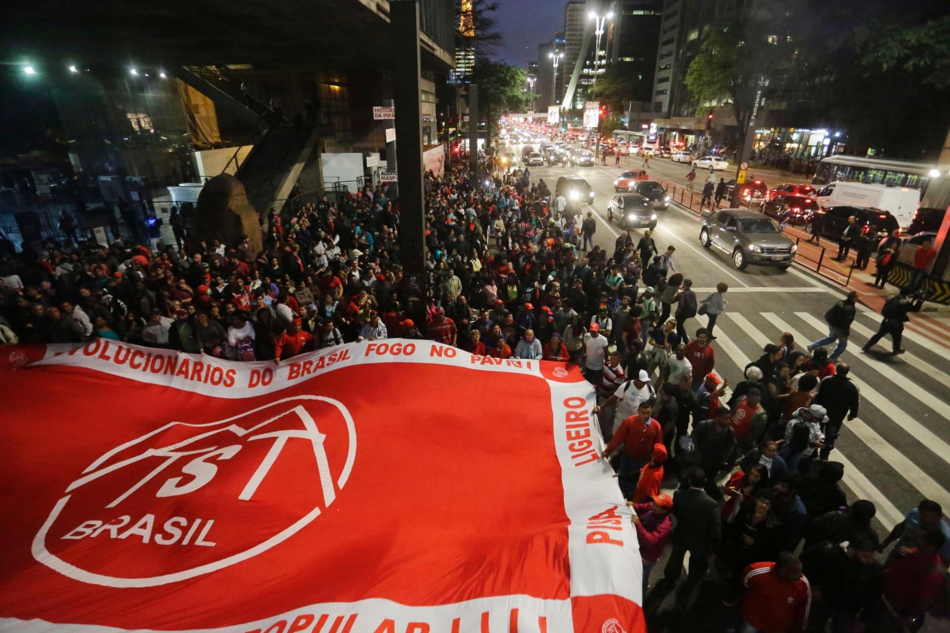 12.mai.2016 - Manifestantes ligados a movimentos sociais e organizações de esquerda realizam um protesto contra o governo do presidente interino Michel Temer, na avenida Paulista, em São Paulo. Eles protestam, ainda, contra a decisão do Senado em afastar a presidente Dilma Rousseff por meio do processo de impeachment