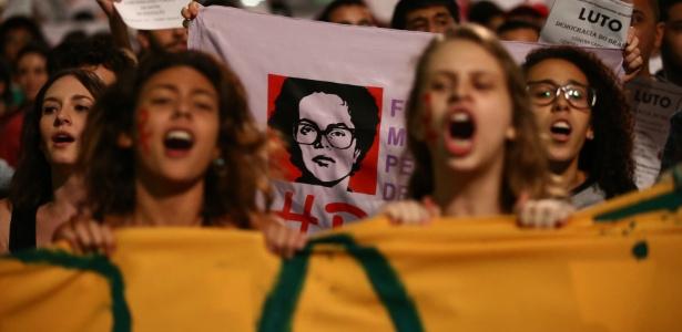 17.mai.2016 - Manifestantes fazem protesto na avenida Paulista após o afastamento da presidente Dilma