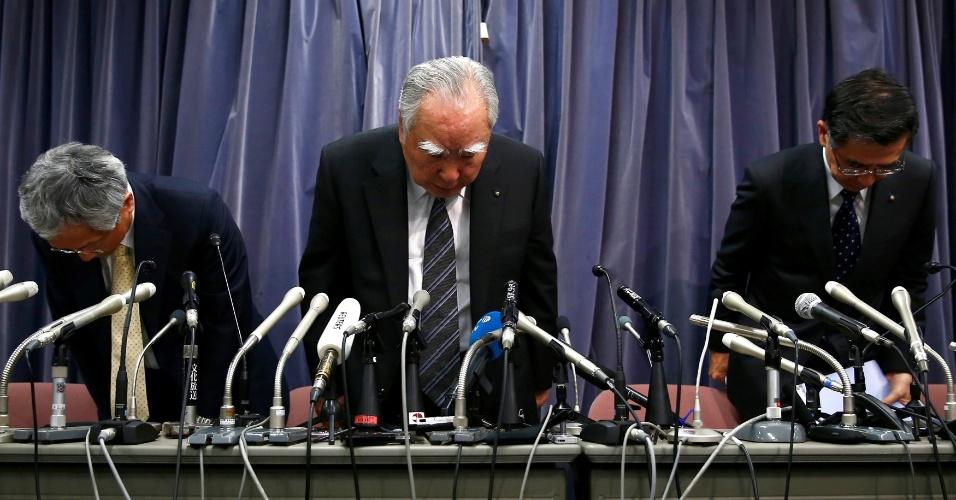 18.mai.2016 - Osamu Suzuki (ao centro), presidente do Conselho e chefe-executivo da Suzuki, e Toshihiro Suzuki (à dir.), presidente da montadora, participam de entrevista juntamente com outro executivo da empresa em prédio do governo japonês, em Tóquio. A companhia Suzuki confirmou que mediu os níveis de emissão e consumo dos veículos vendidos no Japão com um método não homologado, mas negou ter manipulado os resultados