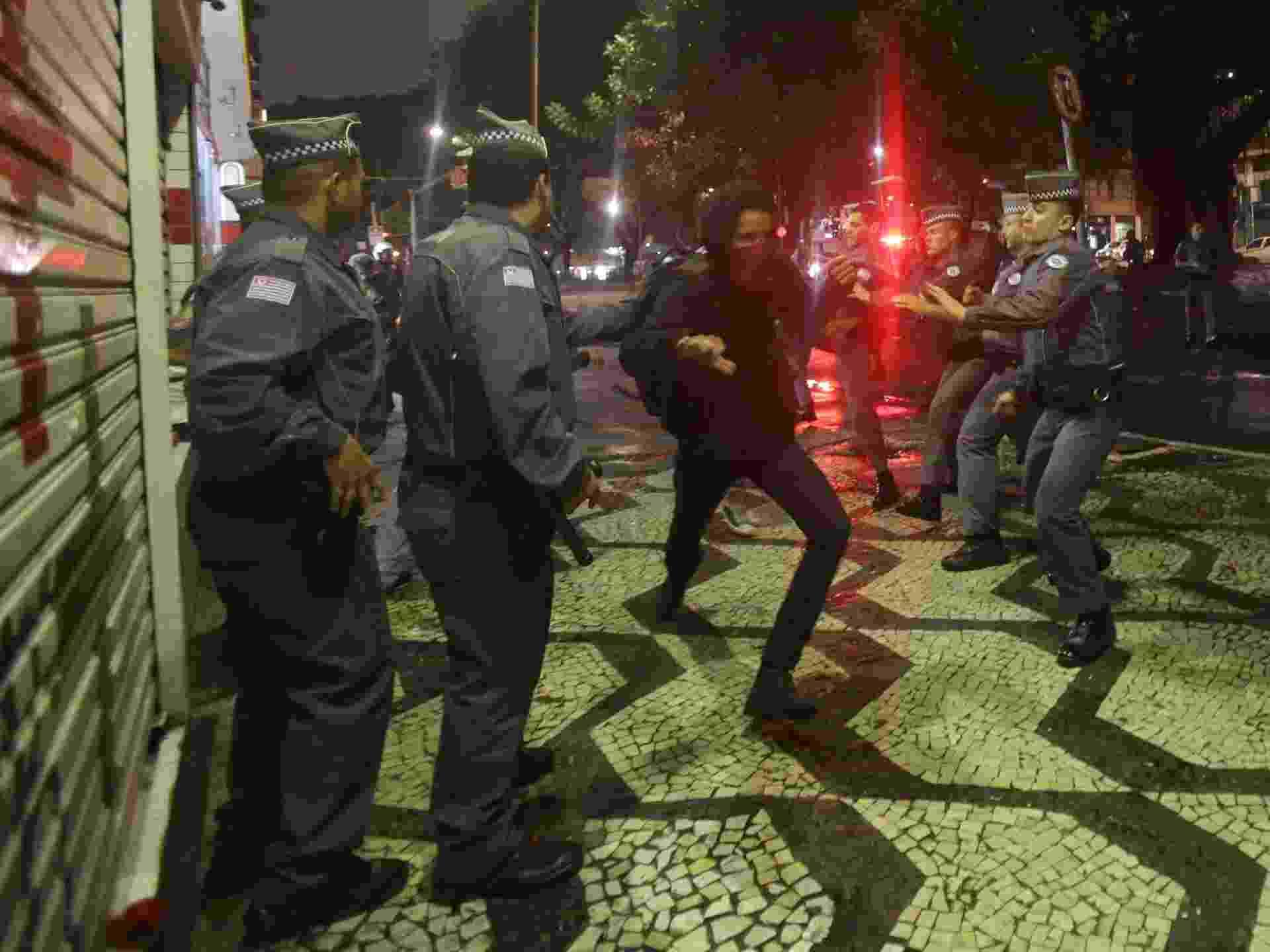 18.mai.2016 - Alunos de escolas estaduais e do ensino técnico bloquearam a avenida Paulista, em São Paulo, em protesto por melhorias na educação e punição aos desvios de recursos destinados à merenda escolar. Eles saíram caminhando em direção ao centro e na Praça da República houve uma confusão entre policiais e os manifestantes - Gabriela Biló/Estadão Conteúdo