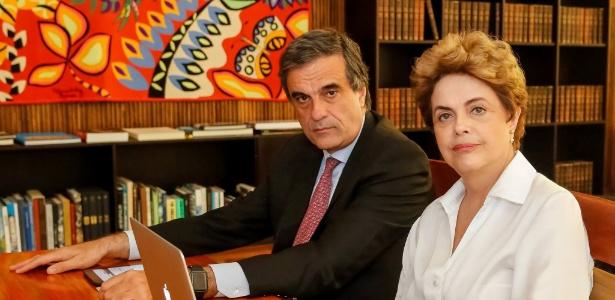 A presidente Dilma Rousseff fala sobre sua defesa no impeachment com o ex-advogado-geral da União José Eduardo Cardozo