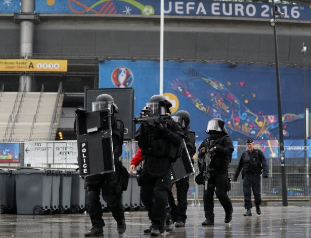 Integrantes da unidade especial de intervenção da polícia francesa (Raid) participam da simulação de atentando terrorista no Stade de France, em Saint-Denis