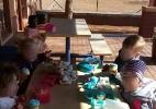 Foto de menina negra comendo sozinha em escola revolta mãe - Reprodução/Facebook