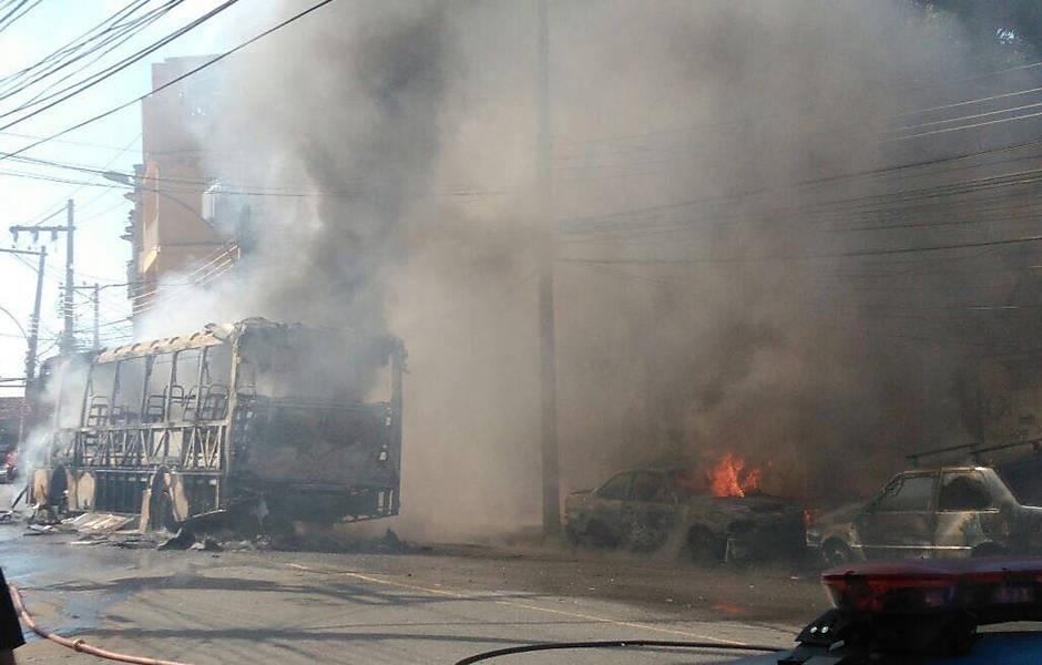 2.jul.2016 - Bandidos fizeram um arrastão no início da tarde deste sábado (2) na Avenida Pastor Martin Luther King, nos bairros Engenho da Rainha e Pilares, zona norte do Rio.  Pelo menos um ônibus e um automóvel foram incendiados