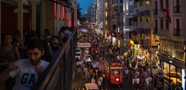 Bonde passa pela multidão na avenida Istiklal, famosa região de compras e restaurantes em Istambul