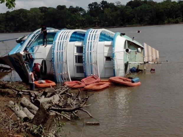 """30.out.2016 - """"Deus nos Guie II"""", barco responsável por levar a equipe do TRE-AP às localidades ribeirinhas de Macapá, afundou na manhã deste domingo em Ipixuna Miranda; o equipamento para votação foi salvo e não comprometeu a votação nas localidades"""