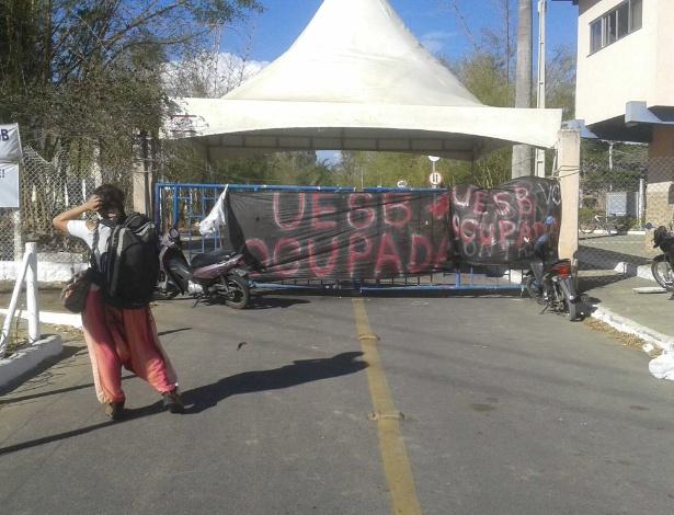 Portão principal da Uesb, em Vitória da Conquista (BA), ocupada por estudantes - Mário Bittencourt/UOL