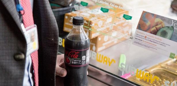 Cliente compra refrigerante zero em restaurante na Universidade da Califórnia
