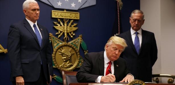 O presidente dos EUA, Donald Trump, assina a ordem executiva revisada que impede a entrada de imigrantes de seis países de maioria muçulmana nos EUA