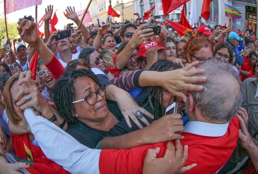 29.abr.2017 - O ex-presidente Luís Inácio Lula da Silva é abraçado por apoiadores durante ato realizado em Rio Grande (RS)