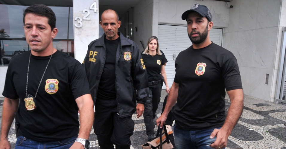 18.mai.2017 - Agentes da Polícia Federal são vistos deixando apartamento do senador Aécio Neves em Ipanema, no Rio de Janeiro (RJ), durante operação da força-tarefa da Lava Jato deflagrada na manhã desta quinta-feira (18). A operação teve início após a delação do dono do frigorífico JBS, Joesley Batista, que entregou à Procuradoria-Geral da República (PGR) uma gravação de Aécio pedindo a ele R$ 2 milhões