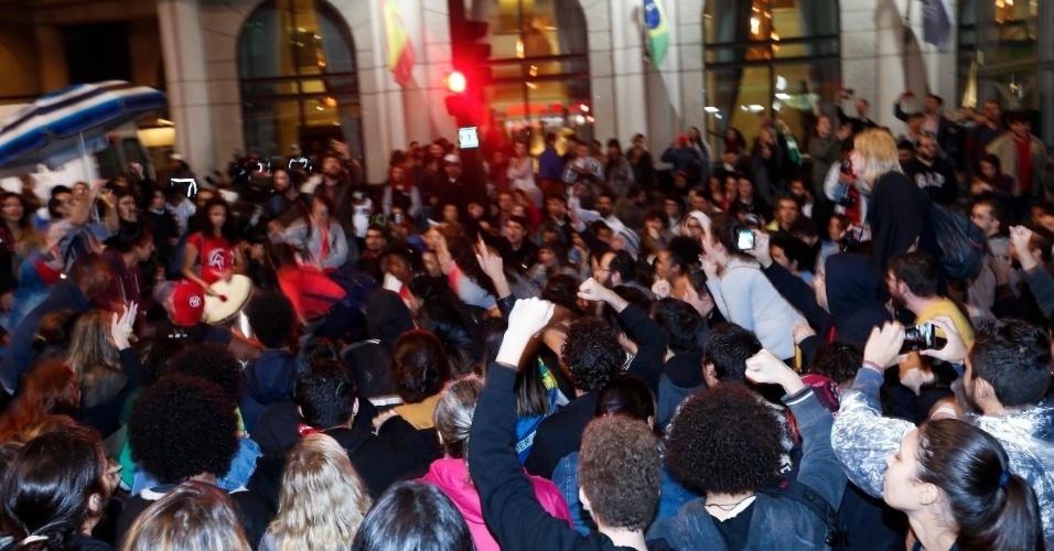 18.mai.2017 - Manifestantes se reúnem na avenida Paulista durante ato contra o presidente Michel Temer em São Paulo