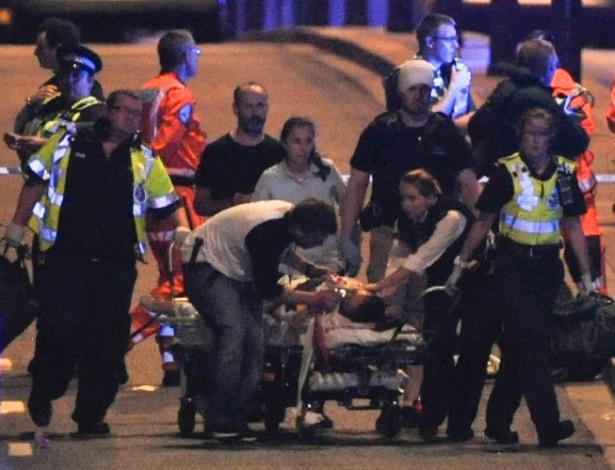Policiais e socorristas atendem vítimas do atentado na London Bridge, no dia 3