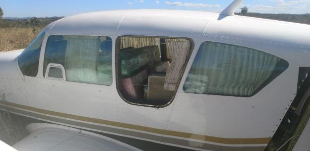 Detalhe da aeronave que transportava mais de 600 kg de droga, interceptada pela FAB