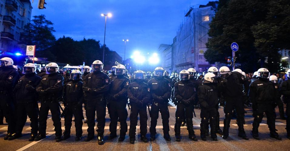 4.jul.2017 - Policiais bloqueiam rua durante protesto contra a cúpula do G20, no bairro de Schanzenviertel, em Hamburgo, na Alemanha