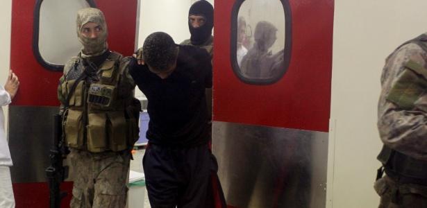 7.ago.2017 - Homem que manteve caminhoneiro refém deixa hospital sob escolta do Bope e é levado para a Cidade da Polícia
