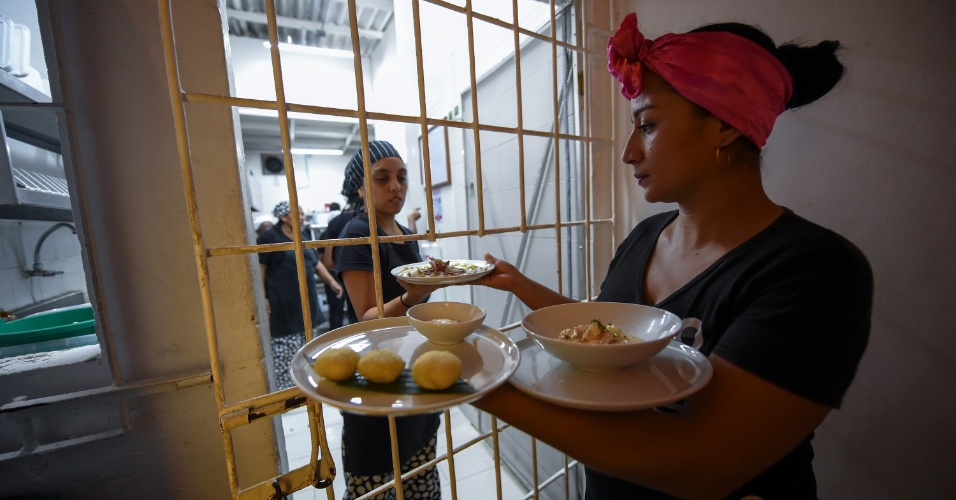 Detenta colombiana trabalha no restaurante chamado Interno, na prisão de San Diego, em Cartagena