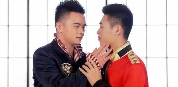 Casal de ativistas gays chineses: direitos ainda não são reconhecidos