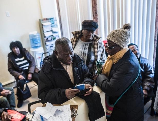 Pessoas aguardam para ver o Dr. Mathieu Eugene, um vereador da cidade de Nova York, nascido no Haiti - RYAN CHRISTOPHER JONES/NYT