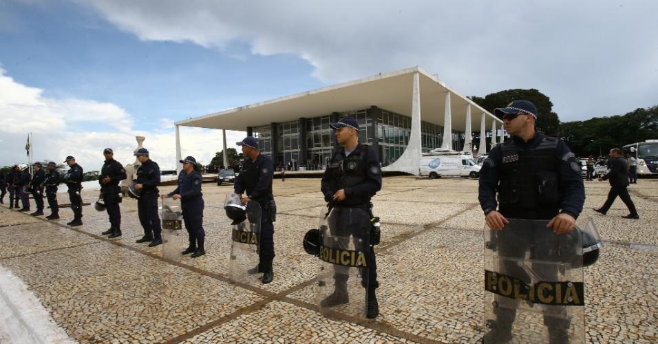 22.mar.2018 - Policiais reforçam a segurança no entorno do prédio do Supremo Tribunal Federal (STF), em Brasília, onde os ministros julgam na tarde desta quinta- feira, 22