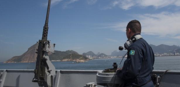 Oficial da Marinha em porta-helicópteros multipropósito construído no Reino Unido - Mister Shadow/Estadão Conteúdo