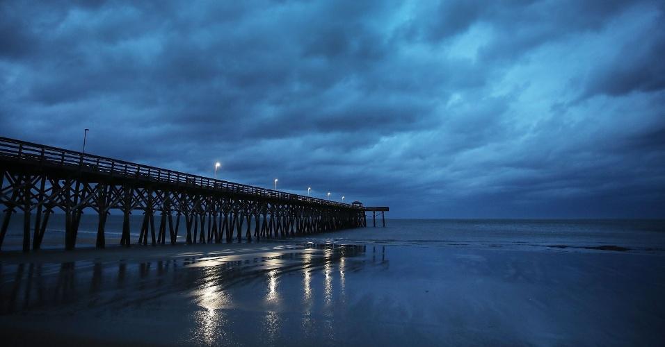 14.set.2018 - Nuvens de tempestade são vistas sobre píer em Myrtle Beach