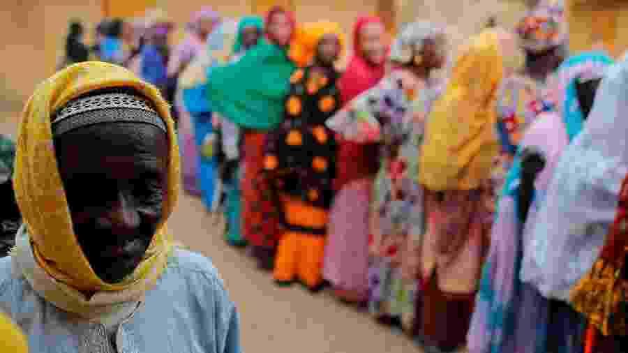24.fev.2019 - Senegaleses aguardam para depositar seus votos em eleição presidencial no país na região de Fatick - Zohra Bensemra/Reuters