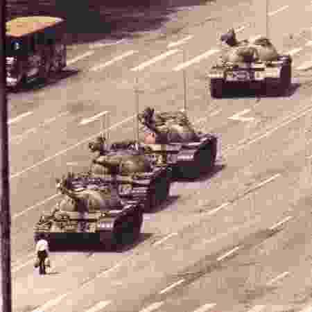 Homem para na frente de tanques em protesto na Praça da Paz Celestial, em Pequim - Arthur Tsang/Reuters