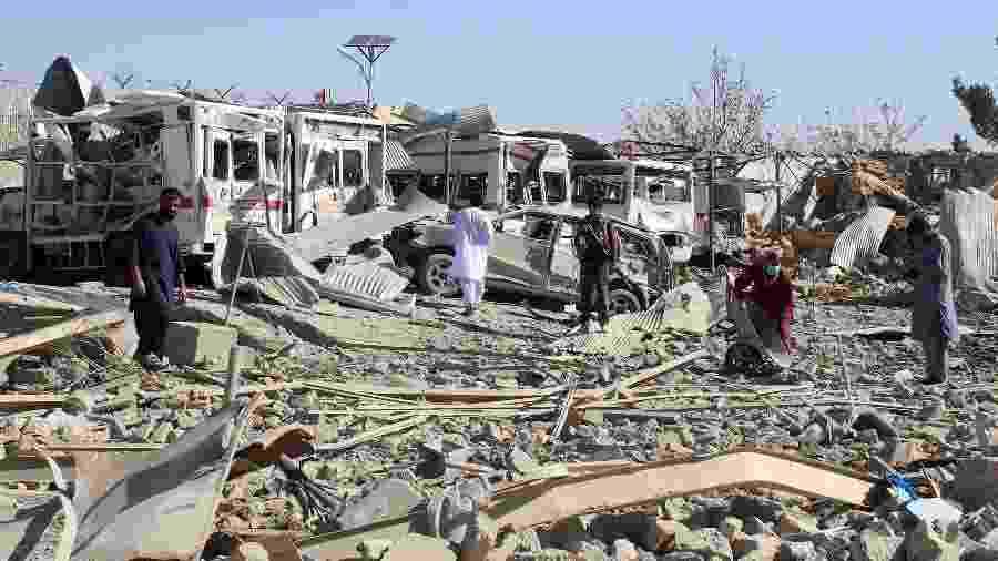 Área onde um carro-bomba explodiu ficou destruída em Qalat, na província de Zabul (Afeganistão) - AFP