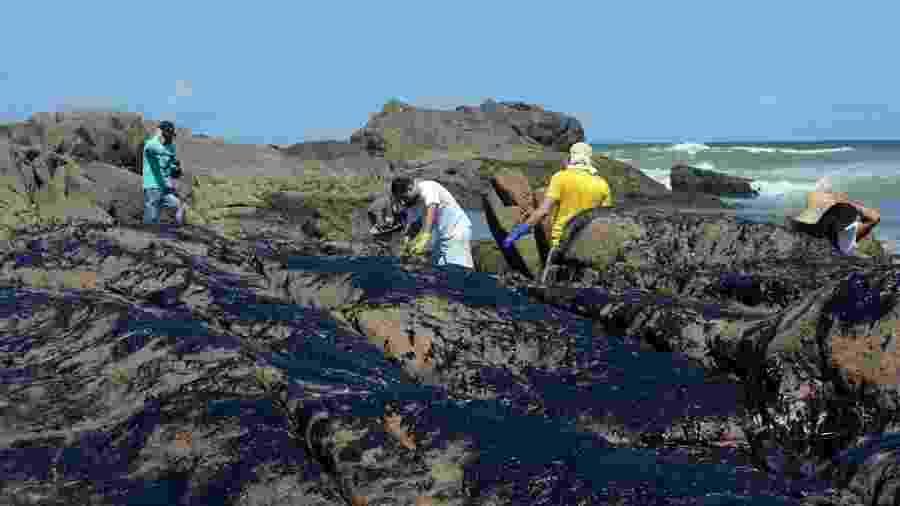 Oceanógrafos, químicos e autoridades estaduais avaliaram o impacto da movimentação da mancha pela costa do Nordeste - Victor Uchôa/BBC Brasil News