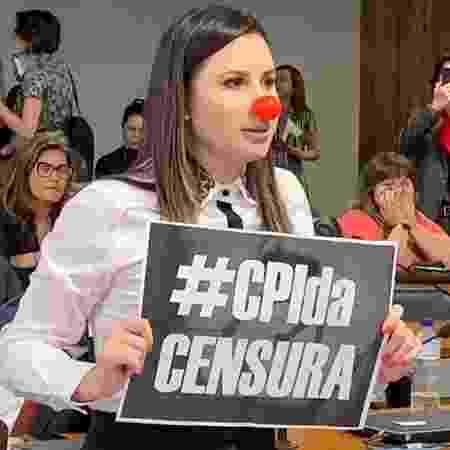 17.set.2019 - Deputada federal Caroline de Toni (PSL-SC) protesta durante reunião da CPMI das Fake News - Ricardo Stuckert Filho/Flickr/Senador Humberto Costa