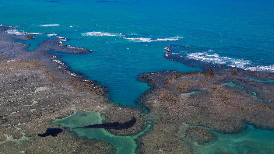 Mancha de óleo em praia de Maragogi, no Alagoas - Diogo Nigro/Governo do Estado de Pernambuco/AFP