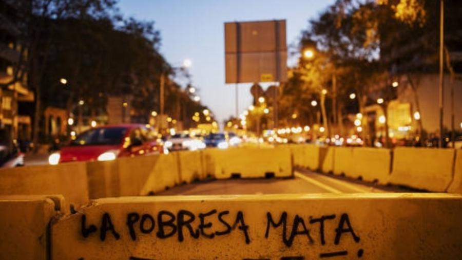 Pichação contra a desigualdade social em uma rua de Barcelona (Espanha) - Lalo de Almeida - 28.mar.19/Folhapress
