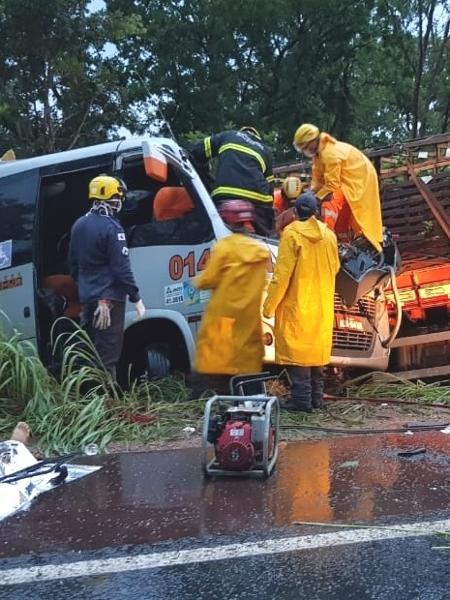 Acidente entre caminhão e micro-ônibus que saiu de Camaçari-BA deixa 11 mortos e 17 feridos