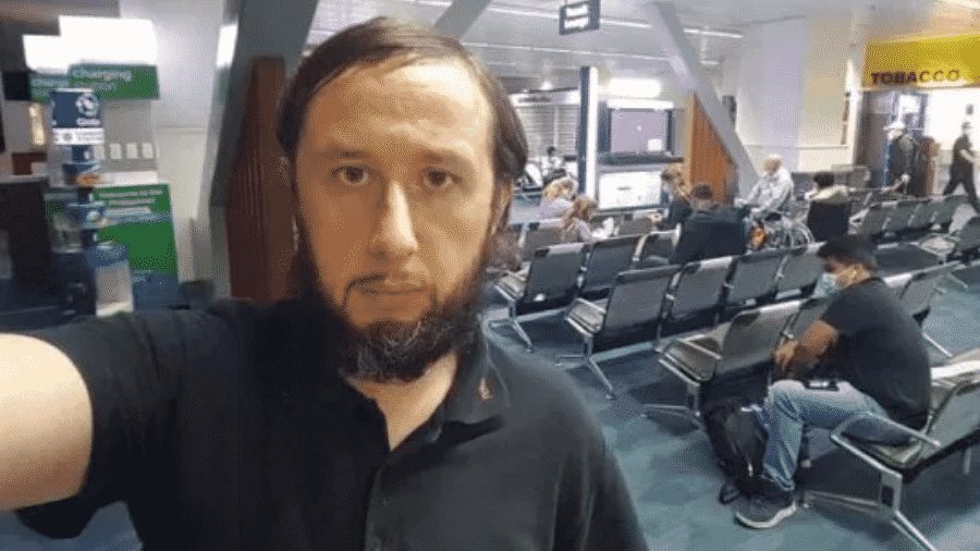 """Romam Trofimow, da Estônia, está """"preso"""" há 110 dias no aeroporto de Manila, nas Filipinas, devido à pandemia do novo coronavírus - Reprodução/Viral Press"""