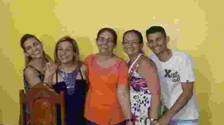 Francisca (ao centro) com os quatro filhos: Lindomara, Isabel, Idaliani e Fábio - Arquivo pessoal - Arquivo pessoal