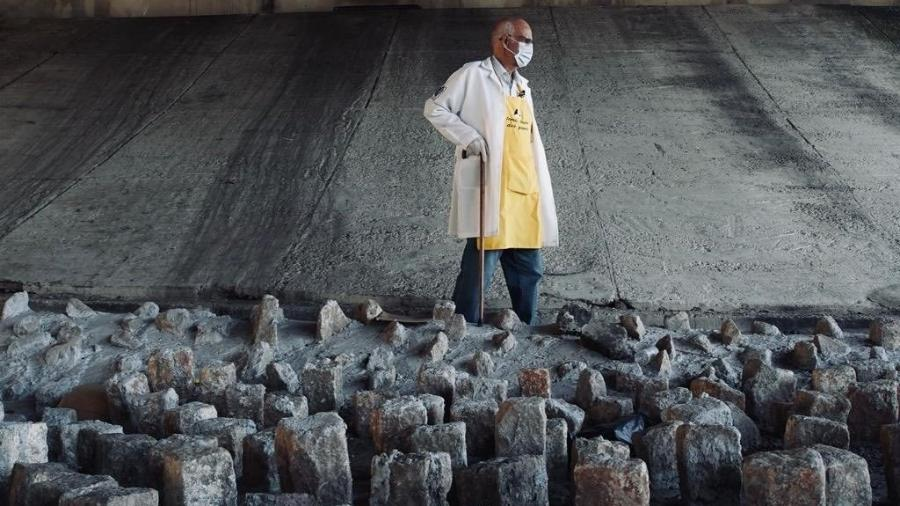 Padre caminha entre pedras instaladas pela Prefeitura de São Paulo sob o viaduto Dom Luciano Mendes de Almeida, no bairro do Tatuapé, na Zona Leste da capital - Reprodução/Twitter