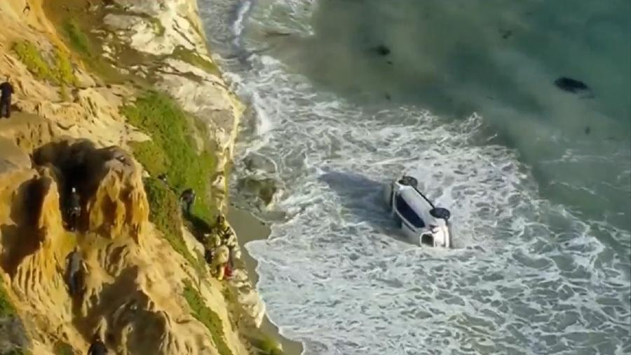 Carro cai do penhasco e vai parar em praia na Califórnia, nos Estados Unidos - Reprodução/NBC News