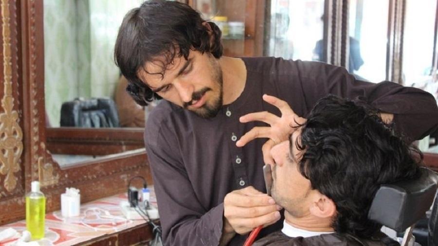 Após a queda do Talibã do poder em 2001, muitos homens passaram a frequentar barbeiros em busca de visual diferente - Getty Images