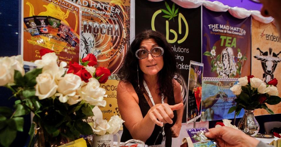 19.jun.2015 - Jill Alikas St. Thomas, fundadora da uma empresa Mad Hatter Coffee and Tea Company, que produz comestíveis à base de maconha, participa do Congresso Mundial e Exposição Comercial da Cannabis, no Centro de Convenções Jacob K. Javits, em Manhattan (EUA)