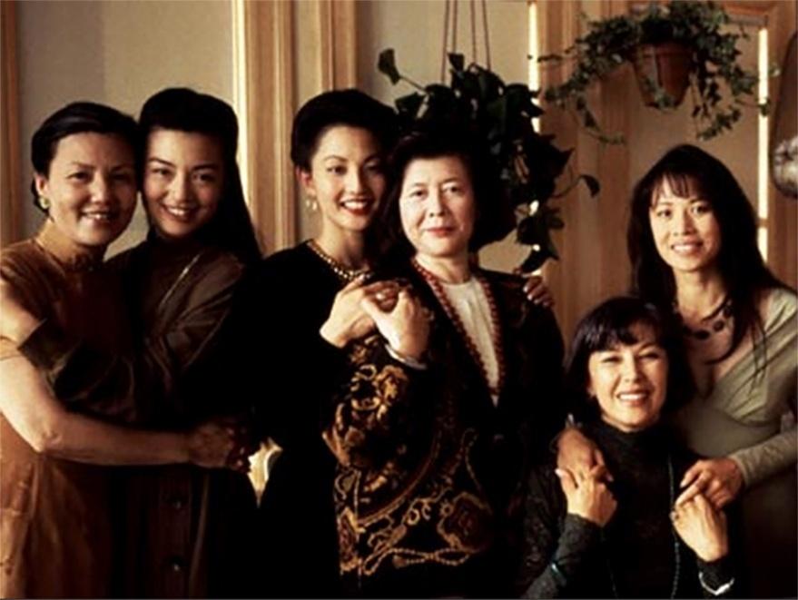 """As mães cresceram na China tradicional e as filhas foram criadas nos EUA. A história das famílias, contada no filme ''O Clube da Felicidade e da Sorte'' (The Joy Luck Club, 1993), de Wayne Wang, """"serve de pano de fundo para lidar com o choque de gerações e o preconceito"""", segundo Lídia Aratangy"""