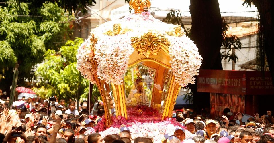 11.out.2015 - Berlinda com imagem de Nossa Senhora de Nazaré é acompanhada por fiéis durante o Círio de Nazaré, em Belém